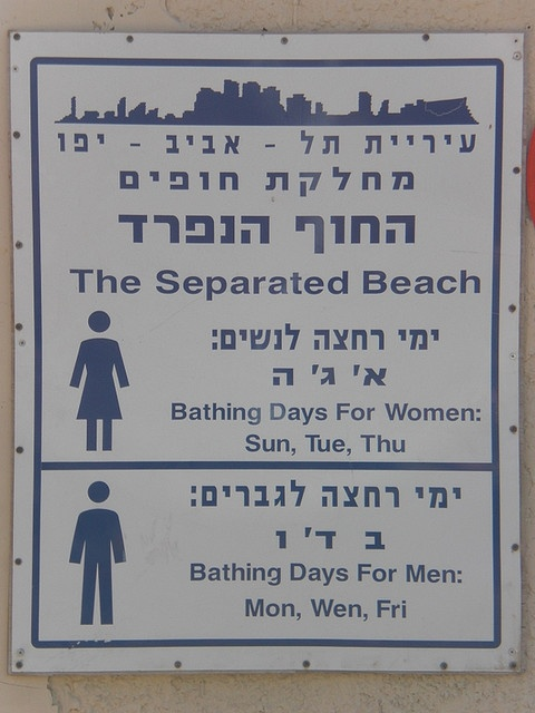 Israele, cartello all'ingresso di spiaggia per ebrei ortodossi. Spiaggia separata per uomini e donne, a giorni alterni.