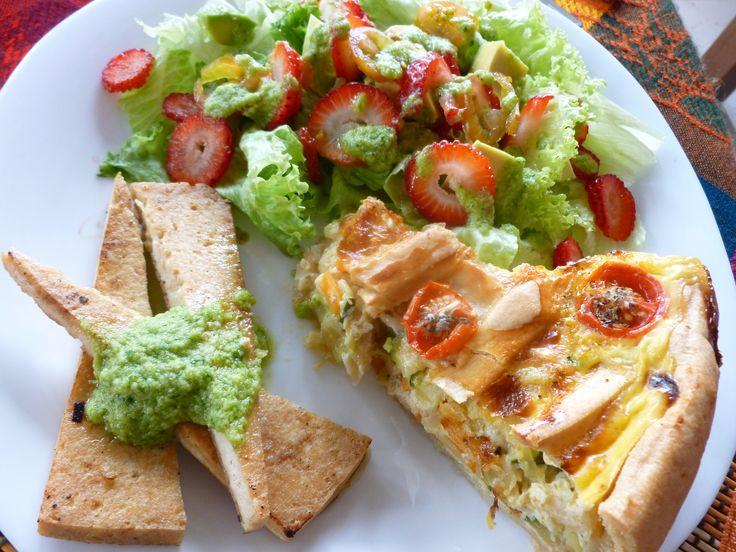 Quiche de verduras, tofu asado con salsa de aguacate y cilantro y ensalada