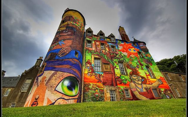 E'  un castello scozzese ricoperto di graffiti e fumetti di artisti di strada: Kelburn Castle Si trova a 30 chilometri da Glasgow. Si chiama Kelburn Castle ed è un castello che street artist del calibro di Os Gemeos hanno interamente ricoperto di graffiti e fumetti, dando vita al primo esperi #graffiti #streetart #castello #scozia