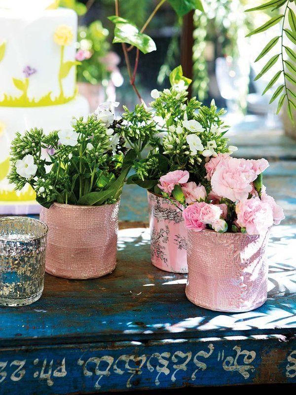 Centros de flores para decorar una mesa en el jardín: Un bufé al aire libre