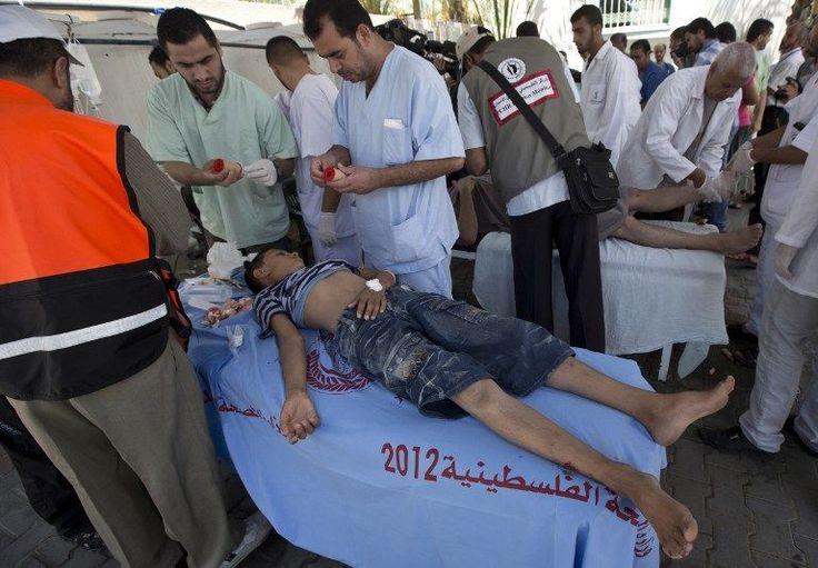 03.08.14 / A Gaza, l'hôpital de Rafah débordé par les morts et les blessés / Au moins 10 Palestiniens sont morts dans le bombardement d'une école de l'ONU, dimanche matin à Rafah. Cette ville est pilonnée par Israël depuis vendredi / D'ordinaire, c'est le cabinet du dentiste de l'hôpital de Rafah, dans le sud de la bande de Gaza. Aujourd'hui, c'est là que les infirmiers allongent les cadavres qui ne cessent d'arriver. «Nous n'avons pas de morgue, nous n'avons nulle part ailleurs pour ...