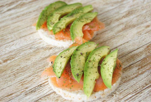Glutenvrije lunch met zalm en avocado