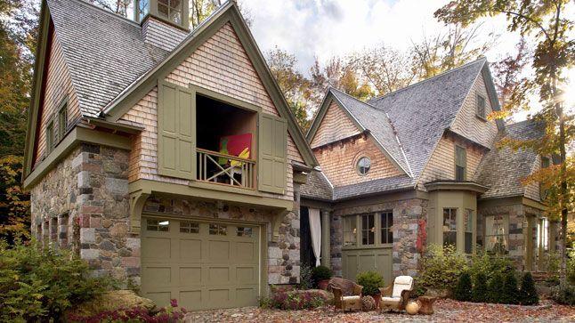 Bien intégrée à son environnement, cette maison, inspirée du style Tudor, surplombe le lac Brome.
