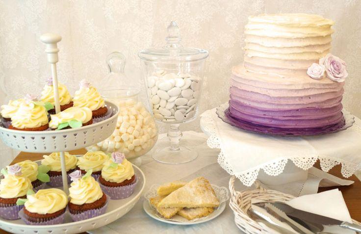 Kleiner Sweet Table / Candy Bar mit Buttercreme-Torte im Ombre-Look, Cupcakes, Shortbread, Schokolinsen und Marshmallows