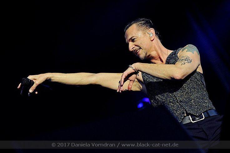 Depeche Mode haben am Dienstag in Frankfurt eines ihrer besten Deutschland-Konzerte abgeliefert. Rund 60.000 Fans feierten in der Commerzbank-Arena ihre Lieblinge. Für uns war Daniela Vorndran vor Ort und hat Euch tolle Fotos mitgebracht, die wir euch gerne zeigen.