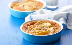 Æblekage med hytteost Nem og lækker æblekage, der serveres med iskold fraiche. Hytteosten giver kagen fylde og lethed på en gang.