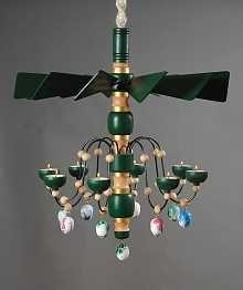 Erzgebirgische Leuchterspinnen und hängende Pyramiden