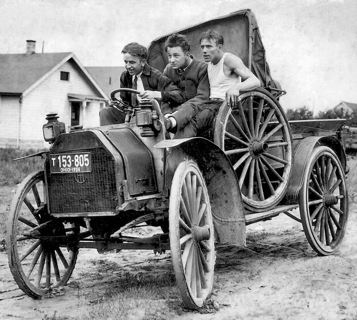 3 jóvenes haciendo el tonto en un Pickup. Ohio, 1924 © Shorpy