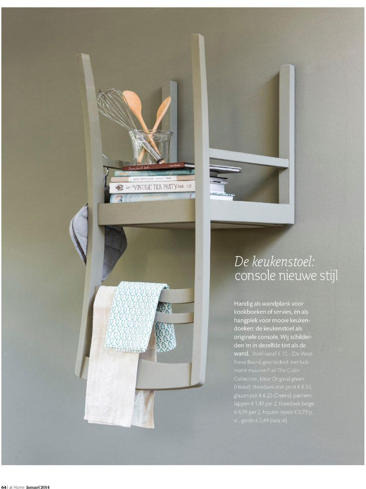 Omgekeerde stoel aan de muur. Handig om wat spulletjes op te zetten of wat gedragen kleding aan te hangen.
