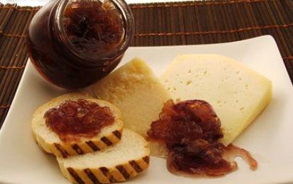Come fare la marmellata di cipolle a casa - La ricetta della marmellata di cipolle fatta in casa è semplice e si prepara con ingredienti economici come cipolle, della qualità che preferite, vino, zucchero e aromi come alloro e chiodi di garofano.