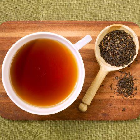 Ob in Indien oder Deutschland, schwarzer Tee ist beliebt. Er gilt als die Alternative zu Kaffee und besteht aus den selben Blättern wie grüner Tee. Die Herstellung unterscheidet sich allerdings sehr.