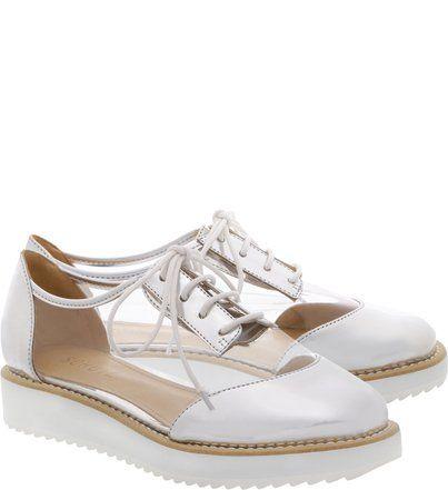 O tradicional oxford - já consagrado nos pés mais fashionistas e super em alta nessa temporada - fica ainda mais cool com o cabedal em vinil transparente. É esse detalhe também o que garante um model