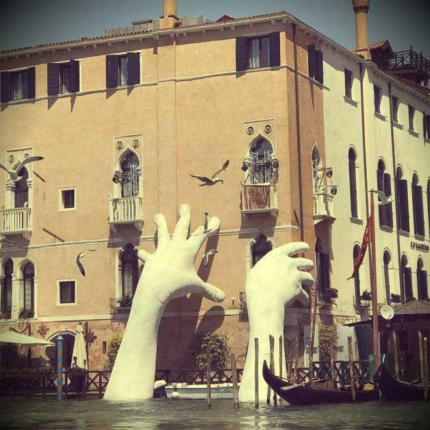 Руки из воды в Венеции
