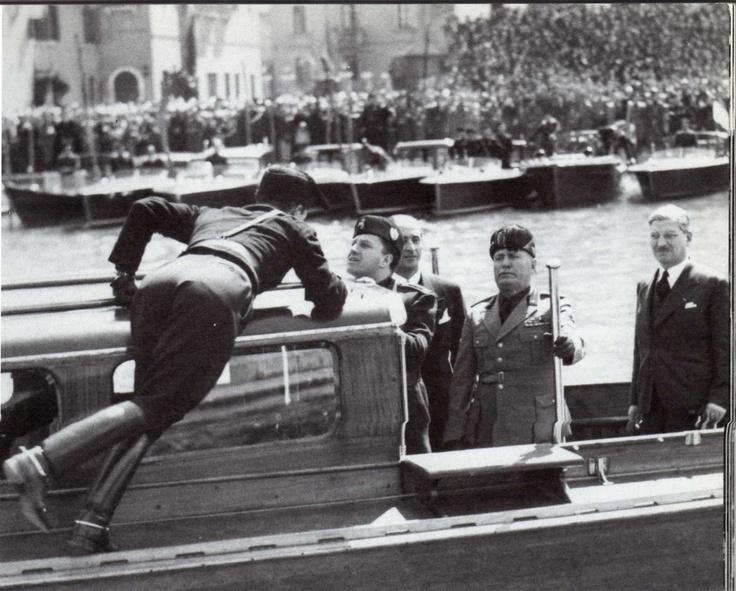 Durante la visita di Mussolini e Ciano a Venezia, un gerarca finisce in acqua