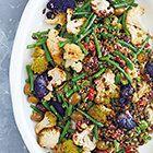 Salade van geroosterde bloemkool met olijven en sperziebonen