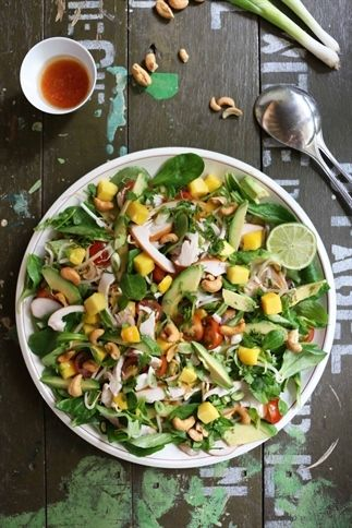 Aziatische salade met  kip, mango