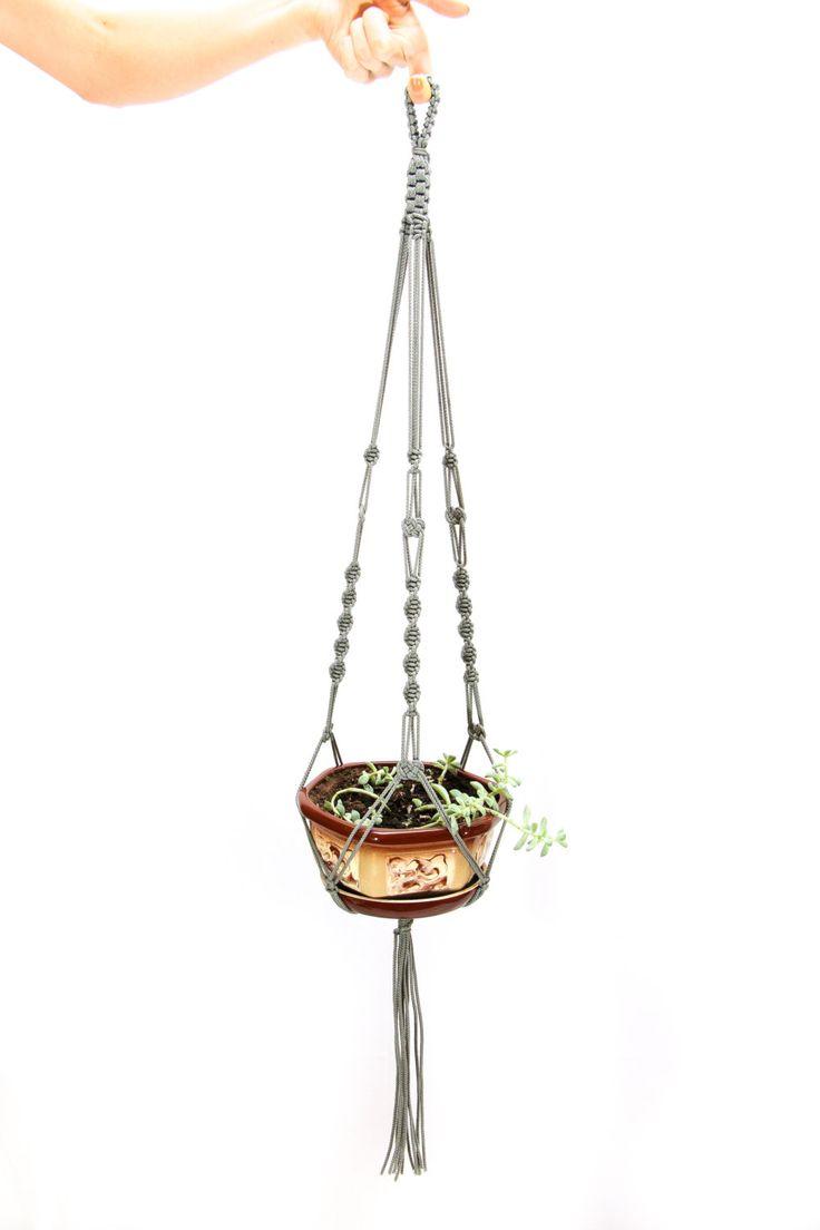 Diese große handgemachte Makramee Pflanze Kleiderbügel mit Liebe starke 3 mm Schnur gemacht.  Die Pflanze Topflappen ist ca. 32 Zoll (80 cm). Länge des hängenden Pflanzer, die wir aus den oberen Knoten zu Knoten unter den Topf, nicht einschließlich die Quaste gemessen. Die Länge der Quaste ist ungefähr 6 Zoll. Hinzufügen von einem Topf in das hängende Pflanzgefäß wird die endgültige Länge kürzen.  Diese Topf-Aufhänger kann viele Arten von Töpfen mit Öffnungen von 7 +/-1,5 Zoll Durchmesse...