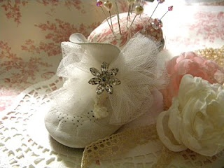 This is so adorable!! Baby shoe pincushion!