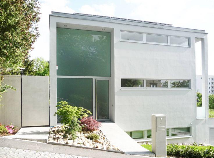 Weiße Flächen, viel Glas und pure Materialien bestimmen den gesamten Entwurf des großzügigen Einfamilienhauses in Bad Kissingen.