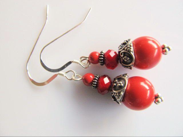 Oorbellen Gina red Coral swarovski parels met rood oxblood tint rondel facet kristalglas. geheel zilver