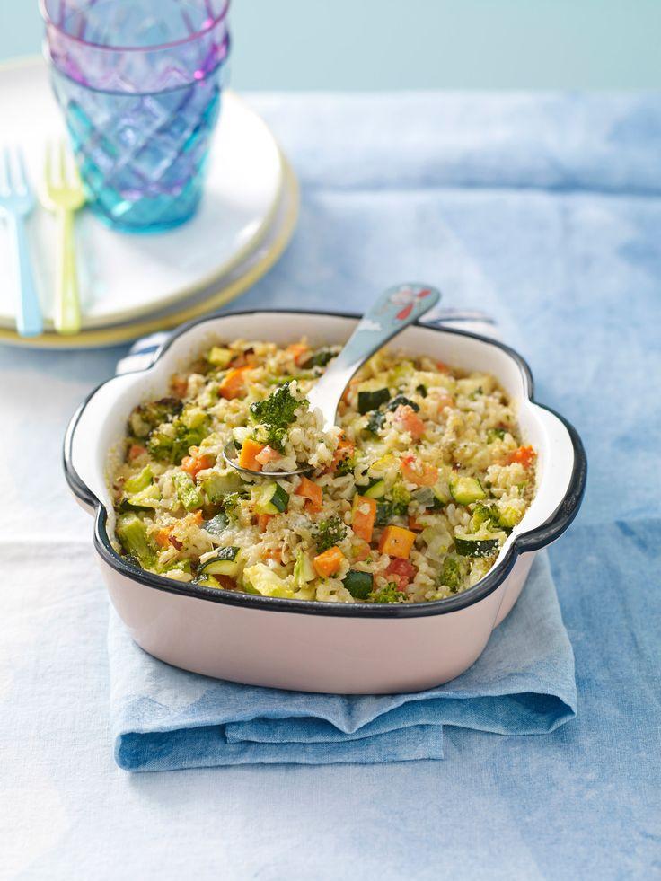 La pirofila di riso integrale strapazzato al forno con le verdure è un piatto ghiotto che farà felici i vegetariani. Prova la ricetta di Sale&Pepe.