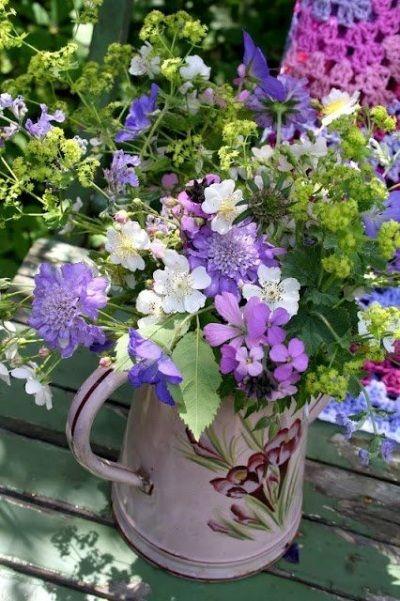 Menggunakan Teko Sebagai Pot dan Vas Bunga