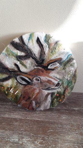 Ocean drum Deer, hij is de verbinding met moeder aarde zijn gewei reikt uit naar de hemel. Stevig in de aarde...galmt hij zijn roep ...als trillingen door de lucht...hij roept je op groots te zijn...zoals hij. In de drum kiemkracht, zuivering,pit en bloei.Aan de drum stukje gewei beschilderd.