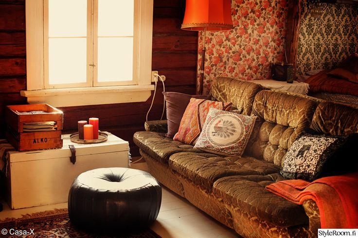 EnneCasaX:n maalaiskodissa on yhdistelty retroa ja itämaista tunnelmaa. #olohuone #retro #kodinsisustus #vintage #homedecor