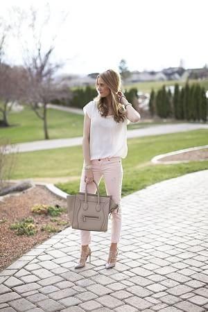 白シフォンブラウスTシャツとピンクパンツ着こなしコーデ