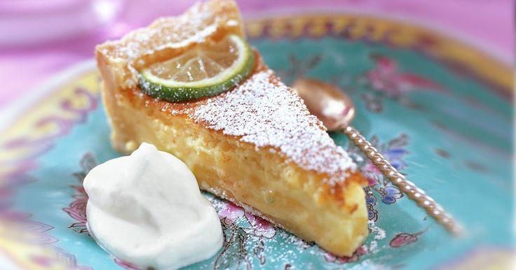 Ljuvlig limekaka med smak av citron och lime i fyllningen. Limekakan är syrlig, söt och läckert krämig och kan gott göras i förväg om du vill.