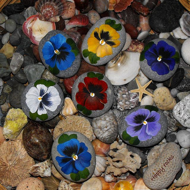 I like these! ~ HAPPY ROCKS   Flickr - Photo Sharing! Fallegar stjúpur málaðar á steina :)