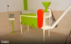 Trilladora Clasificadora: Los granos de café son descascarados y sometidos a una rigurosa selección antes de ser exportados. En este proceso fusionamos el trillado y la clasificadora en una sola máquina. Nuestra selección incluye la clasificación por tamaño. El propósito es extraer los granos defectuosos del resto del lote de exportación. También es aprovechada para mezclar cafés de iguales características físicas y organolépticas y así obtener productos más uniformes para el tostado.