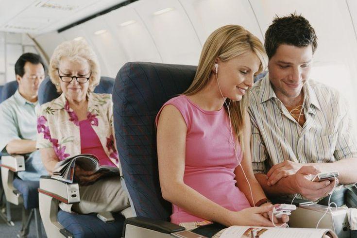 Cuánto tiempo debes tomar una aspirina antes de volar. Viajar en avión puede ser una experiencia incómoda, causando dolores de cabeza a partir del cambio en la presión de aire, dolor al sentarse en un lugar y, en raros casos, enfermedades graves. Tomar una aspirina antes de tu vuelo puede ayudar a ...