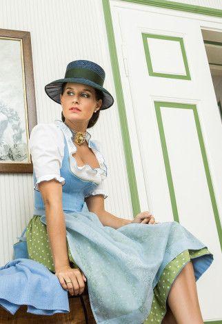 Susanne Spatt Dirndl Marie mit Leinenmieder, Bluse Flora aus Baumwolle, Hut Julia und Cashmere-Schal in Vergissmeinnicht-Blau