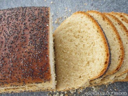 Witbrood met maanzaadjes, recept, diy, zelf maken, deeg kneden, bakken, oven, ontbijt, lunch, bijgerecht, dagelijks brood, onderweg, pauze, hartig, zoet.