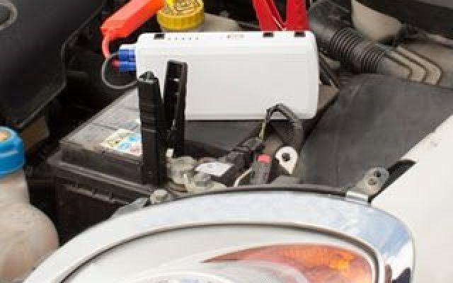 La batteria di avviamento per auto power bank Total Xtra Juice è un must per la tua auto! È la compagna di viaggio ideale che ti aiuterà a risolvere gli eventi inattesi sulla strada. Questo completo kit d'emergenza per auto multifunzione comprende una batteria ausiliaria portatile e numer #motori #auto #automobili #batteria