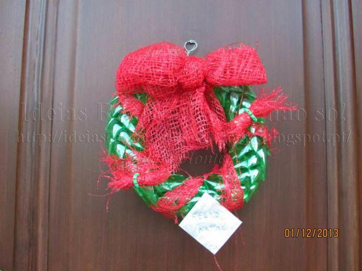 Coroa/Grinalda/Guirlanda feita com Garrafas de Plástico (PET). A Decoração ficou a cargo de férteis imaginações. Decoração de Natal. Reciclagem. Com Passo a Passo.
