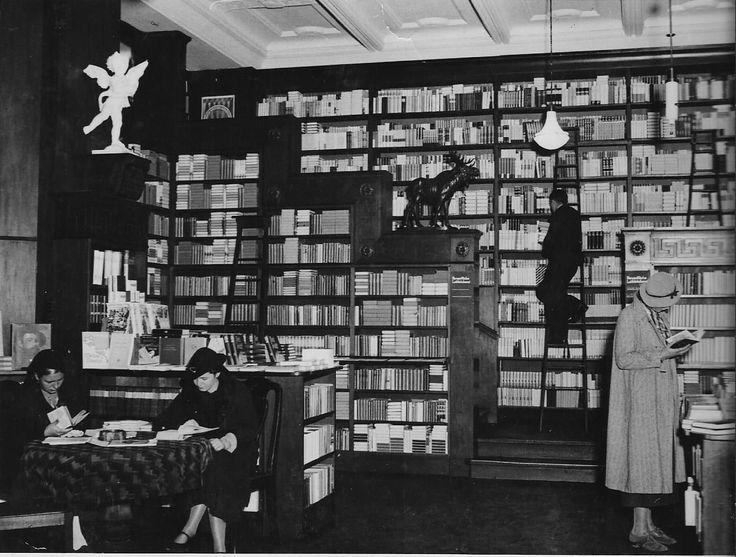 """Königsberg i. Pr. - """"Das Haus der Bücher"""" GRÄFE UND UNZER am Paradeplatz 6, Erdgeschoss: Teilansicht der Abteilung Schöne Literatur, im Hintergrund befindet sich die Treppe zum Zwischen- und ersten Stock, nach 1938"""