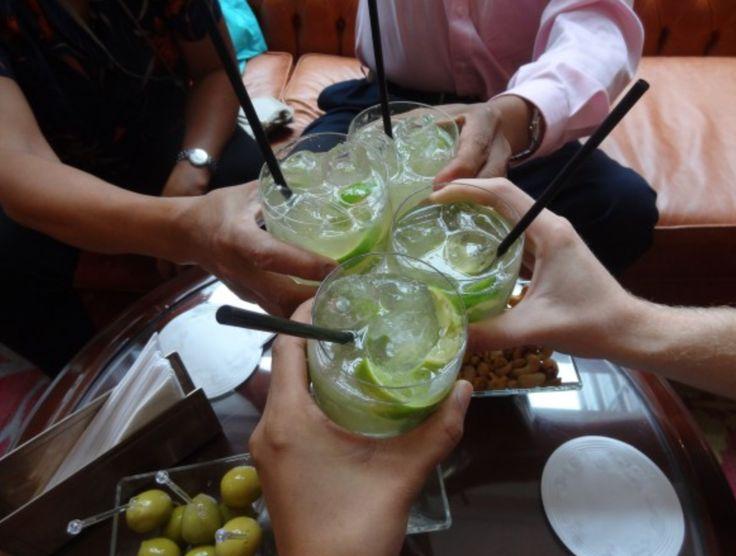 Le gustaría aprender a hacer una tipica #caipirinha brasilera? Viaje a #SanPablo y aprenda todo sobre la #gastronomía local de la mano de grandes #chefs. Consúltenos: goo.gl/VxOqqk