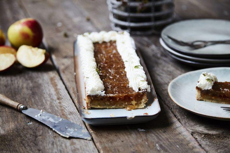 Skøn efterårstærte med mazarinfyld og æblekompot perfekt til efterårets mange æbler - Ditte Julie Jensen har tryllet igen og udviklet denne smagfulde tærte