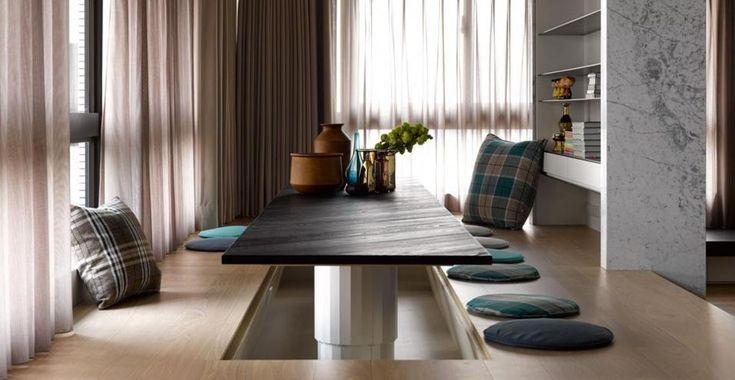 A Taiwan un appartamento tra oriente e occidente.  La tradizione cinese vuole che per il rito del tè, e spesso anche per i pasti, ci si riunisca scalzi attorno a un tavolino basso. Da qui l'ispirazione per questa nicchia sopraelevata disegnata dallo studio Ganna Design.