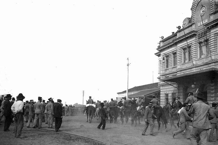 Em 26 de setembro de 1912 embarcaram na estação de Curitiba forças do Regimento de Segurança para a Guerra do Contestado. As tropas estavam sob o comando do Coronel João Gualberto. (Foto: Coleção Julia Wanderlei/acervo Instituto Histórico e Geográfico do Paraná)