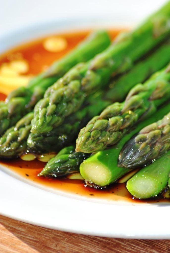 Truffle Marinated Asparagus Recipe by Bas Van Uyen Ingredients 2 bunches asparagus 1/4 cup white truffle oil 1/8 cup aged balsamic vinegar 4 clove garlic sea salt cracked black pepper 1/2 lemon 4 cups ice