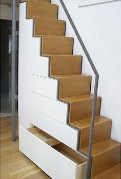 Bei wenig Wohnraum ist dieser Schrank eine clevere, weil platzsparende Lösung. Er passt sich unauffällig in die Treppe ein.