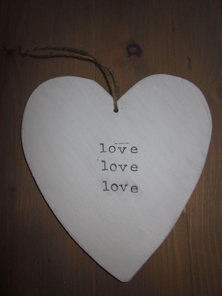 Houten hart, leuk voor binnen en buiten. Trendy woonaccessoires bij & Joy Love! Kijk op facebook bij N Joy-Love.