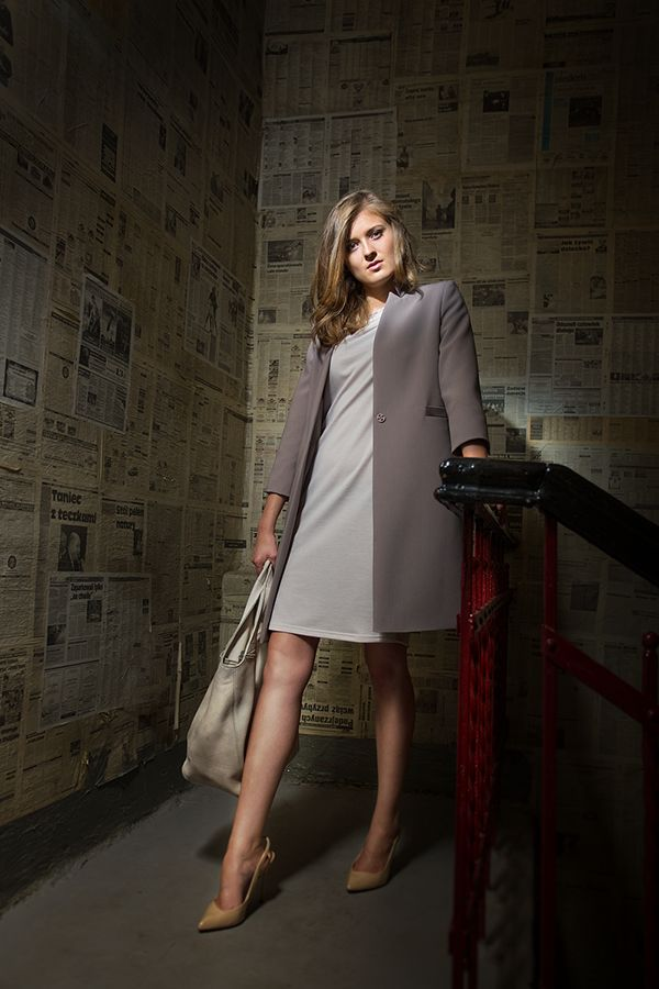 Płaszcz oraz sukienka w dwóch odcieniach beżu. Coat and dress in two shades of beige. http://www.bee.com.pl/e-sklep/