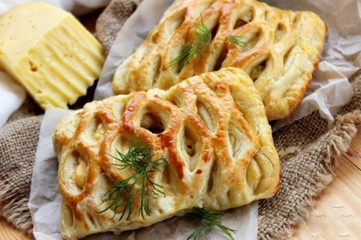 Nyújtsd ki a leveles tésztát, halmozz rá csirkehúst és sajtot, káprázatos finomság lesz belőle!   Bolti leveles tésztából is el lehet...