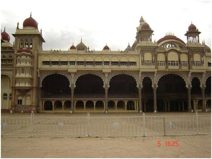 Mysore is an ideal destination if you love history and want to experience some regality. A splash of nature in form of Mysore Zoo and Brindavan Gardens make it a refreshing trip.