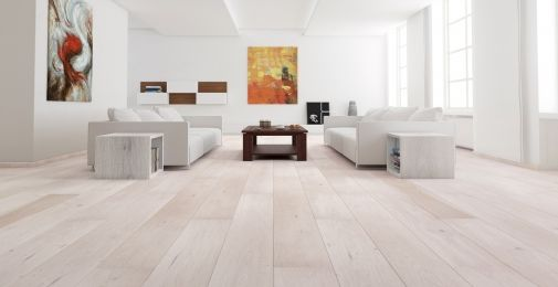 DĄB GENTLE - Szeroka, jednopasmowa podłoga dębowa o białym barwieniu. Deski uszlachetnione szczotkowaniem i zabezpieczone lakierem matowym. Dwustronne fazowanie optycznie wydłuża deskę i podkreśla jej naturalny wygląd.