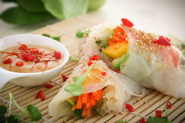 Vietnamesische Frühlingsrollen mit Erdnussdip